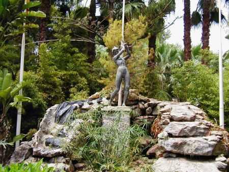Villamartin lady golfer statue